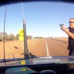 法を破るヤツは許さねえ。熱血コップがスピード違反のドライバーに銃を向ける動画