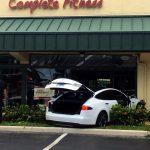 テスラが暴走する事故。ドライバー「車が勝手に加速」、テスラ「ログを見るとアクセルペダルが踏まれている」