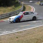 BMW M3がニュルでドリフト。周囲に車がいる中を華麗に決める動画