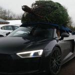 アウディR8でクリスマスツリーを買いに行く。ルーフに巨大なツリーを載せて帰る動画