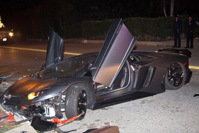 この画像には alt 属性が指定されておらず、ファイル名は Chris-Brown-Lamborghini-Aventador-Crash-17-696x464.jpg です