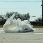 0-100キロ加速2.4秒、最高時速160キロのラジコンカーを使ってお遊び敢行。その様子をスローモーションで