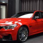 BMWアブダビがカスタムされたM2/M3展示。M3は「フェラーリレッド」