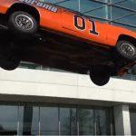 スタントマンが市街地で車をジャンプさせるイベント。着地失敗なるもドライバーは無事