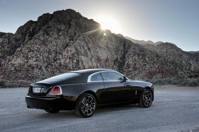 この画像には alt 属性が指定されておらず、ファイル名は 2017-Rolls-Royce-Wraith-Black-Badge-rear-three-quarter-660x440.jpg です