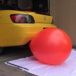 自動車のエンジンはどれくらい空気を消費する?S2000のマフラーに風船を取り付け実験した動画
