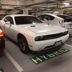 ハイブリッド専用スペースに駐車するチャレンジャー。HV/EVの優遇について考える