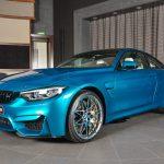 アトランティス・ブルー+オパールホワイト内装のカスタムM4。BMWアブダビ