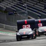 レッドブルが珍レース開催。F1ドライバーがアストンマーティンに乗りキャンピングカーを引っ張る