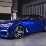 BMWアブダビが「サンマリノ・ブルー」のM760iLを公開。内装はレッド、アクセントはシルバー