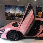 中国のマクラーレン正規ディーラーにて「ピンク」の570S販売中。不可解なぬいぐるみも展示