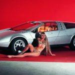 え?ポルシェが?過去にジウジアーロと共同で4枚ガルウイングの車を製造し美女とともにショーに展示