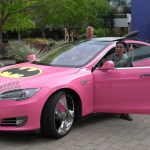 世にも奇妙なテスラ・モデルSのカスタムカー。ピンク、バットモービル風ウイング、そしてgoogleステッカー付き