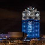 "BMWが「10万台の電動モデル販売」達成を記念し、あの""シリンダー""本社ビルを「電池風」にライトアップ"