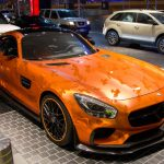 ドバイで目撃されたカスタム上級者のAMG GT。マットオレンジとクロームオレンジの迷彩仕様