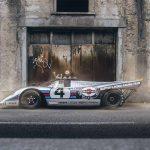 その価格10億円のレーシングカー、ポルシェ917Kを公道で乗る男。4.9リッター12気筒、600馬力、重量600キロ