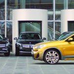 BMWがX2でベンツディーラーに行き、ベンツをディスる動画を公開。「本物はゴールドに乗る」