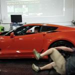 コルベットZR1のパワーチェック中に男性がローラーに巻き込まれる!しかし事なきを得る動画