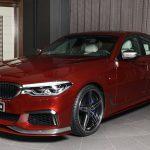 BMWアブダビがM550iのカスタムカー展示。レッド外装にホワイト内装、エアロはシュニッツァー