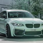 BMW M2をオーバーフェンダーにてカスタムしたチューナー登場。ただでさえ広いM2がさらに幅広に