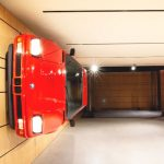 【動画】BMW M1の事故車を2台を購入→ニコイチで完成車をつくり壁にアートとして展示した男
