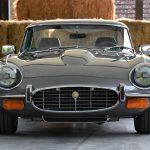 見た目は当時のままのジャガーE-Type。しかしエンジンはインジェクション、ライトはLED等、完全に現代っ子へレストア