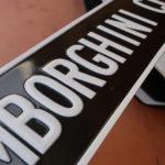ガレージに「LAMBORGHINI CLUB」のサインプレートを貼ってみた!ほかにはこんな装飾を取り付けている