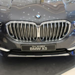BMWが国内にて新型X5(920万円~)、8シリーズ・カブリオレ(1838万円)を発表!X5はついに全幅2メートルを超えるも「自動バック機能」で扱いやすいクルマに