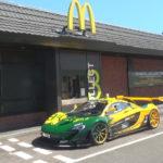 【動画】その価格5億4000万円のマクラーレンP1 LM。そのP1 LMでドライブスルーに行ったりダートでドリフトするオーナーが登場