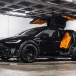 テスラ・モデルXにカーボン製ワイドボディキットを装着。内外装は「ブラック×オレンジ」で統一