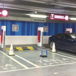 中国にて、「テスラ専用充電スペース」に他のクルマが駐車できないよう」(テスラ車のみ解除できる)電子ブロックが設置される。そろそろ日本でも同様の問題が出てきそう