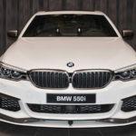 BMWアブダビが珍しくホワイトのBMW 5シリーズをカスタム。カーボンパーツにチタンカラーのアクセントで上品なイメージに