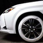 レクサスUXとナイキのスニーカー「エアフォース1」がコラボ。UXのタイヤがエアフォース1のソール風に変身