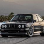 BMW M3(E30)のレストモッドがまたまた登場。排気量アップ+ターボで390馬力を発生し、デジタルメーターなど装備は一気に近代化