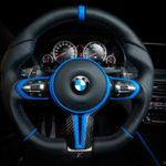 BMW X6 Mの内装をフルカスタム。ブラックにブルーアクセント、ステアリングホイールの形状は「太く立体的に」