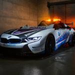 BMWが「世界初」オープン仕様のセーフティカーとしてi8ロードスター投入。しかもウインドウをカットして「スピードスター仕様」にコンバート