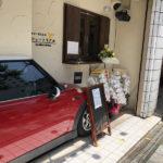 関西のミニ乗りはぜひ訪れるべし!壁に埋め込まれたミニのドアを開いて入店するカレー屋「ビストロ・シュートリアル」