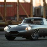 """ジャガーがE-Type生産14年のうち「3台だけ」製造した""""ロードラッググーペ""""のレプリカ登場。自動車史上もっとも美しいと言われたその姿を再現"""