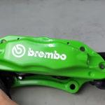 【動画】ブレーキキャリパーはこうやって塗装する。様々なキャリパー形状の場合、そして作業内容を見てみよう