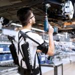 まるでSF映画!アウディが工場で過酷な作業をする人向けに「強化外骨格(エクソスケルトンスーツ)」を採用したぞ
