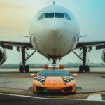 ランボルギーニが「6代目」ボローニャ空港での先導車を投入。今回はオレンジにイタリアンカラーのウラカンRWD。歴代先導車、空港の様子も見てみよう