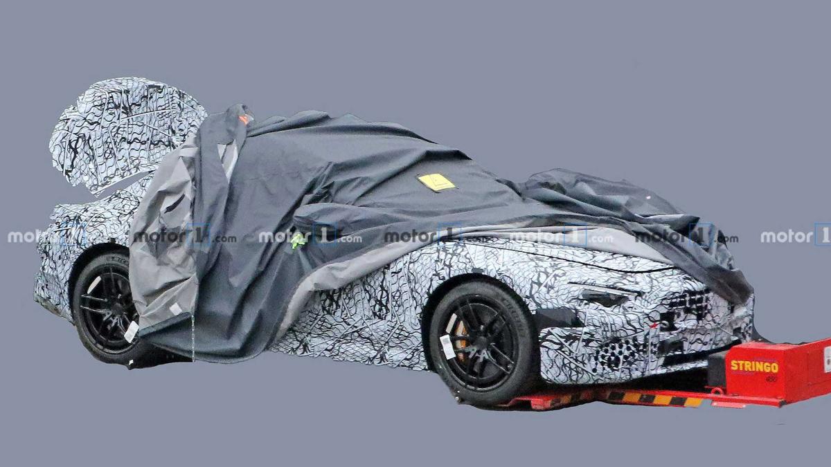 """新型メルセデスSLの""""市販ボディ""""を身にまとう試作車がはじめて激写!見るからにスポーティ、これは期待できそうだ"""