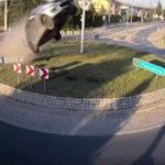 【動画】こんなに車が勢いよく飛んでゆくのははじめて見た!スズキ・スイフトが空に向かってテイクオフ