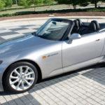 走行わずか1600km、新車並みコンディションのホンダS2000が競売形式で販売中。年々相場は上昇し、1000万円超えも現実的に