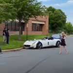 【動画】世界に499台のみ、2億円のフェラーリ・モンツァSP2が縁石にヒット。ロングノーズは運転に細心の注意が必要だ