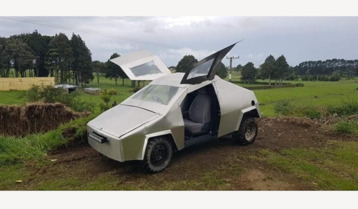 テスラ・サイバートラック風に改造されたトヨタ・ヴィッツ