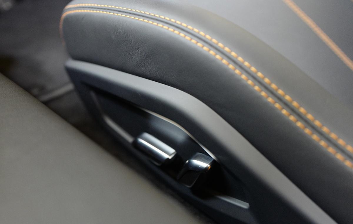 ランボルギーニ・ウラカンEVO RWDのシートスイッチ交換