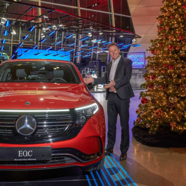 メルセデス・ベンツとBMWがお互いの車を本社に展示