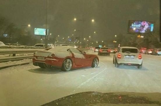 韓国にて、雪で立ち往生するフェラーリ