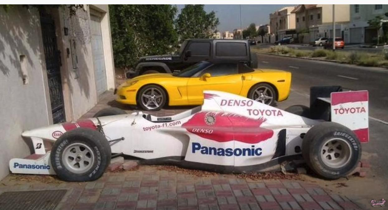 ドバイの路上に捨てられた高級車やスーパーカー
